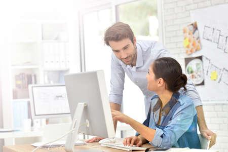 Mensen uit het bedrijfsleven werken in het kantoor op de desktop computer