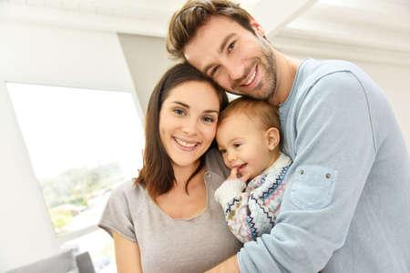 Retrato de padres felices celebrando la niña Foto de archivo