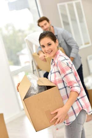 boite carton: Jeune couple déplaçant dans nouvelle maison Banque d'images