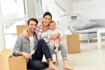 Jeune famille se déplaçant dans nouvelle maison