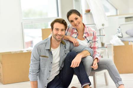 새 집으로 이동하는 젊은 부부 스톡 콘텐츠 - 47873127