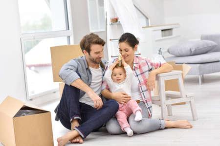 Junge Familie Umzug in neue Heimat Lizenzfreie Bilder