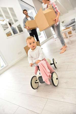 carritos de juguete: Bebé que juega con el coche del niño mientras se mueve en la familia Foto de archivo