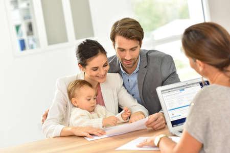 Agente de bienes raíces de encuentro familiar para la inversión casa Foto de archivo - 47872763