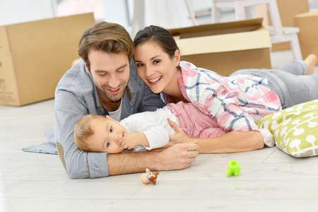 Jonge familie zich in nieuw huis