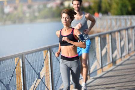 men exercising: Pares que se ejecutan en la orilla