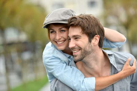 parejas enamoradas: Retrato de hombre que da a cuestas paseo a la novia