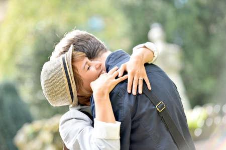 pareja abrazada: Joven pareja romántica abrazados en el parque, la luz del sol