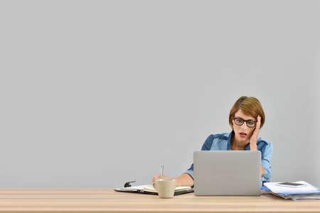 empleado de oficina: empleado de oficina ocupados en frente de la computadora portátil, aislado
