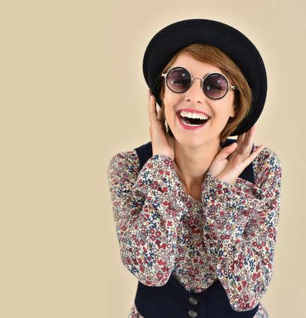 gafas de sol: Alegre chica de moda con gafas de sol, aislado Foto de archivo