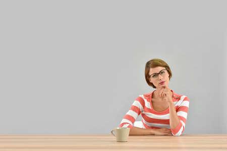 mujer sentada: Retrato de mujer joven con mirada dudosa en su cara