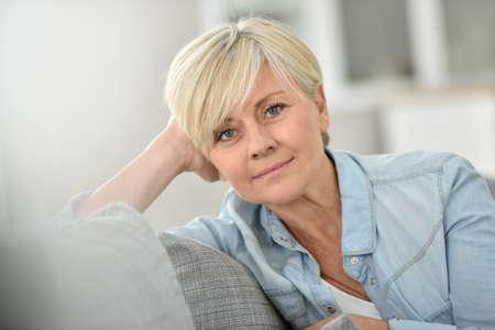 mujer sola: Primer de la mujer mayor atractiva