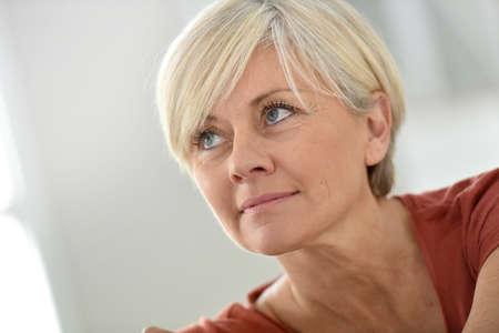 ragazze bionde: Ritratto di donna sorridente senior bionda