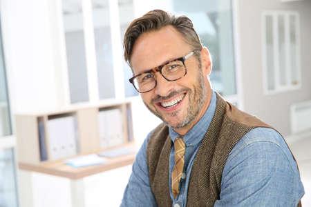 Portret van knappe stijlvolle man met bril Stockfoto