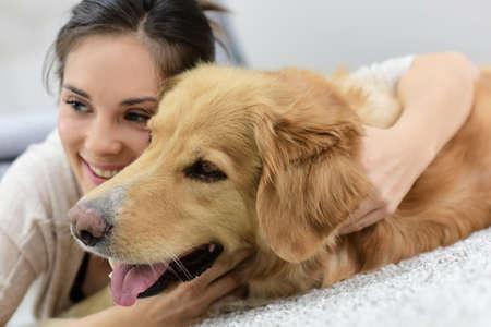 mujer con perro: Retrato de mujer con el perro Foto de archivo