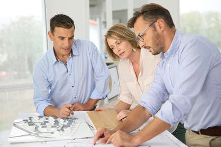 Team van architecten bijeenkomst in het kantoor Stockfoto