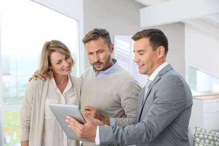 pareja de esposos: Inmobiliaria presentando apartamento nuevo a los clientes