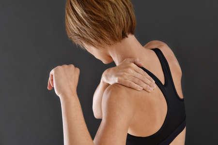 epaule douleur: Gros plan de remise en forme fille avec douleur à l'épaule, isolé Banque d'images