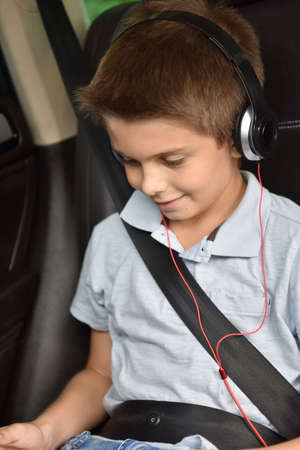 seatbelt: Kid watching moving on tablet inside car