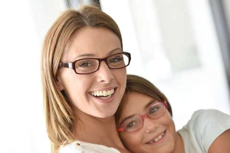 母と娘は眼鏡の肖像画