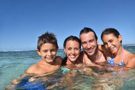 Happy family piscine jouissant de la mer des Caraïbes