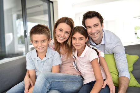 Portret van happy family zitten in bank