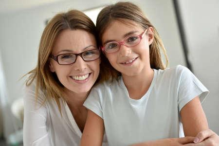 anteojos: Retrato de la madre y la hija con gafas Foto de archivo