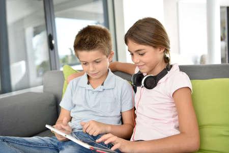 Kinderen die samen met digitale tablet spelen