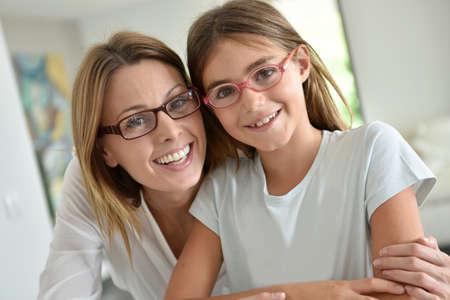 Portrait de la mère et la fille avec des lunettes Banque d'images
