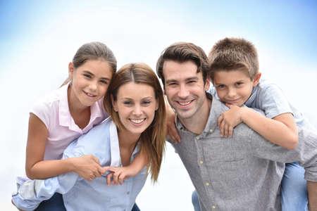 papa: Parents donnant tour de ferroutage pour enfants à l'extérieur