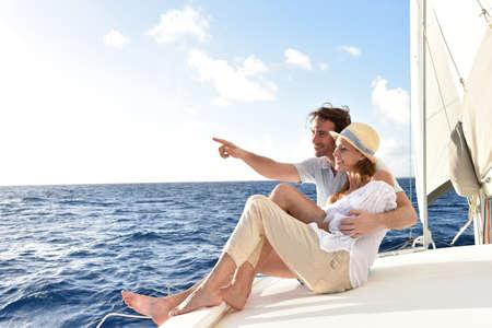 mujer mirando el horizonte: Pareja romántica disfrutando de crucero de vela en el mar del Caribe Foto de archivo