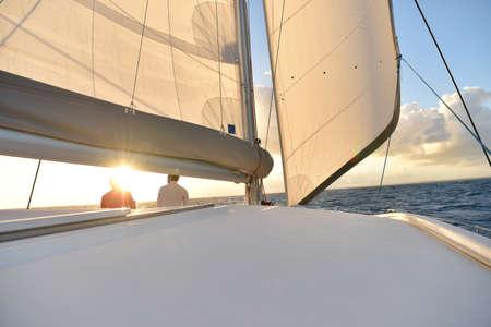 Boot vaart geopend met zonsondergang