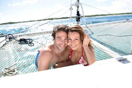 Fröhlich Paar entspannt auf Katamaran Netz