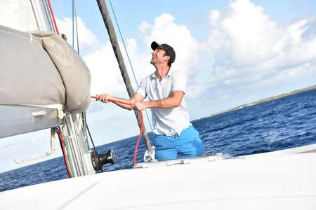 voilier ancien: Homme tirant sur la corde à naviguer sur