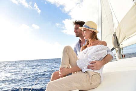 Pareja romántica disfrutando de crucero de vela en el mar del Caribe Foto de archivo