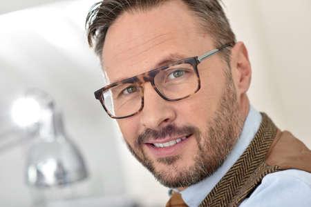 uomini belli: Ritratto di bel uomo di mezza età con gli occhiali Archivio Fotografico