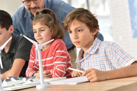 educacion ambiental: Alumnos de las escuelas primarias de aprendizaje sobre energía renovable
