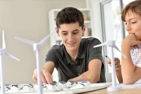 viento: Primer plano de los adolescentes en la escuela de aprendizaje sobre la energ�a e�lica Foto de archivo