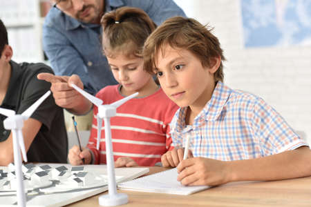niños reciclando: Alumnos de las escuelas primarias de aprendizaje sobre energía renovable