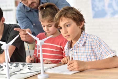 les élèves des écoles élémentaires d'apprentissage sur les énergies renouvelables Banque d'images