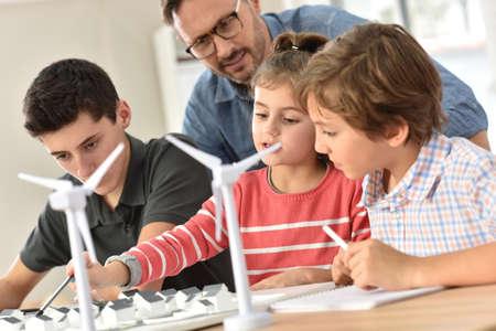 Alumnos de las escuelas primarias de aprendizaje sobre energía renovable
