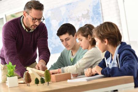niÑos en el colegio: maestro de escuela en clase de ciencias con alumnos