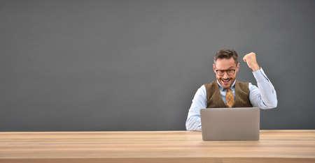 hombre de negocios: Empresario delante del ordenador portátil, expresión con éxito