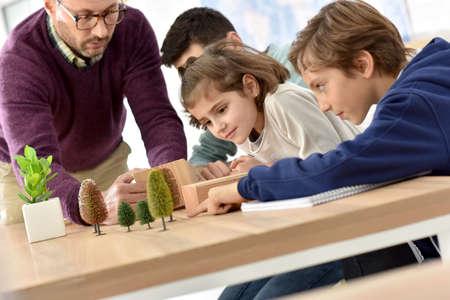 profesores: maestro de escuela en clase de ciencias con alumnos