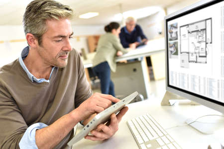 Ingeniero que trabaja en la oficina de diseño en la computadora de escritorio