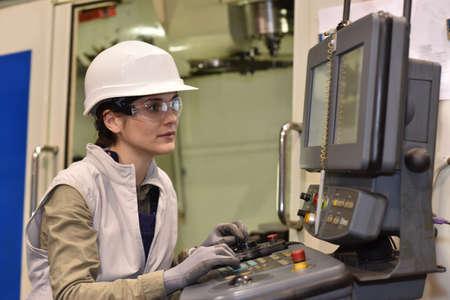 Industriële werknemer programmering elektronische machine Stockfoto