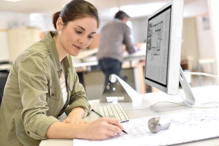 Industrieel ontwerper werken op desktop computer Stockfoto - 50630930
