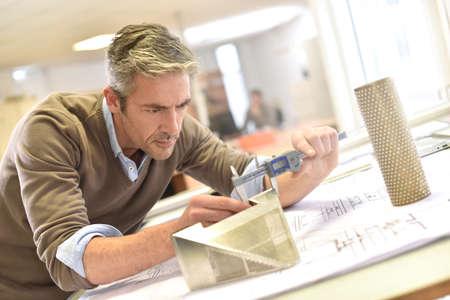 Der Industriedesigner auf Projekt arbeiten im Büro Standard-Bild - 50631035