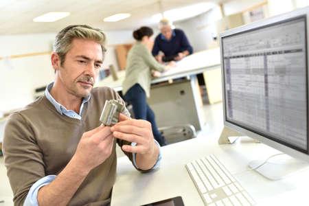 ingeniero industrial: Ingeniero que trabaja en la oficina de diseño en la computadora de escritorio