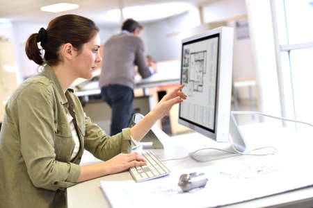 edificio industrial: Diseñador industrial trabaja en el ordenador de escritorio